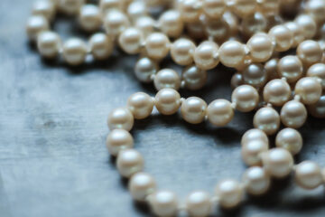 Haiku About Pearls and Pearl Divers, a haiku string written by Paweł Markiewicz at Spillwords.com