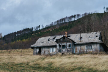 Just An Old House, a poem written by Verona Jones at Spillwords.com