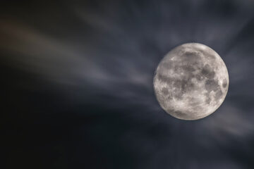 La Luna Se Llena, a poem by José A Gómez at Spillwords.com
